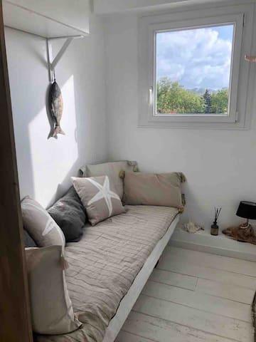 Chambre pour une personne Matelas 90x190 qualité ++++ Très claire avec store Vue très dégagée
