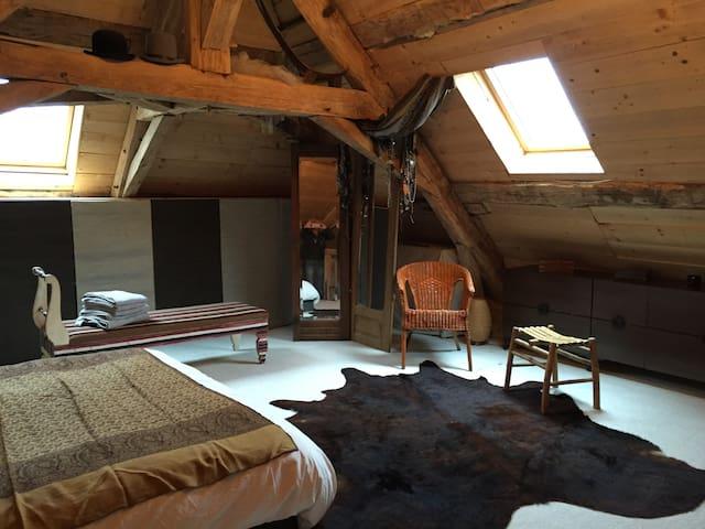 Grande chambre Maison d'artistes - Montlevon - Pousada
