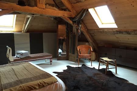 Grande chambre Maison d'artistes - Montlevon