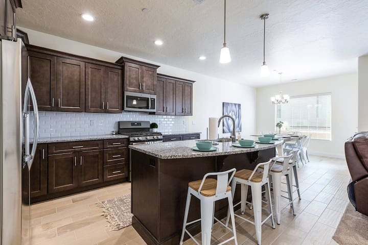 Large Luxury Townhouse | Huge Pool/Spa | 24 Guest