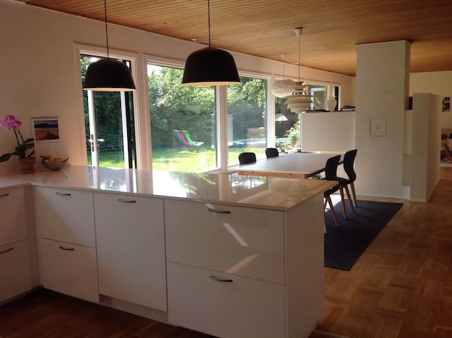 Bright family villa near the forrest and beach - Naerum