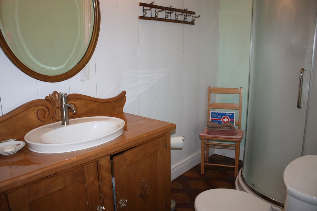 Salle de toilette et grande douche au premier étage