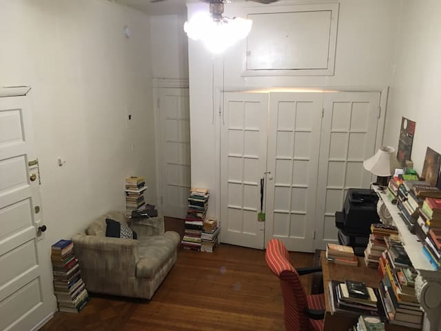 Cozy Studio and Library in Downtown Baltimore