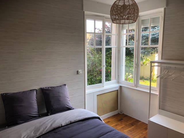 Chambre 2, sur parquet, vue sur jardin