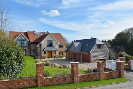 Blue Sky and Countryside Views - Goring - Apartmen