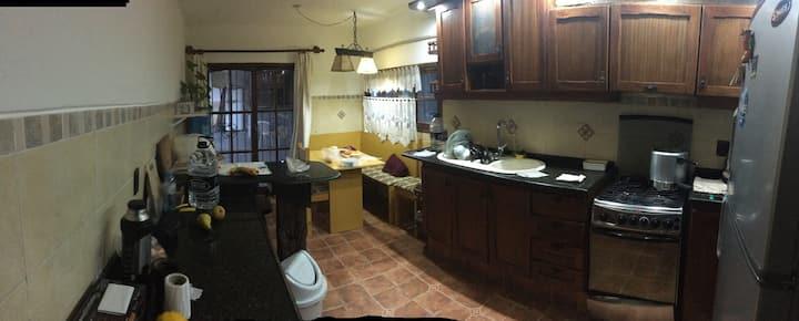 Habitación privada en casa grande compartida.