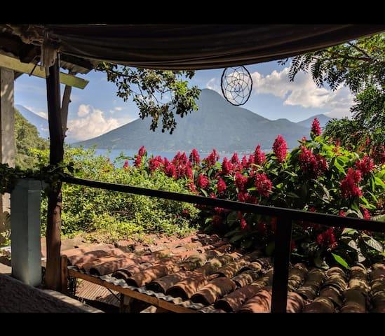 Hotel Casa Azul vista hacia el lago y volcanes