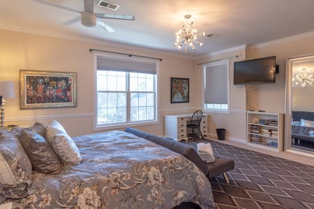 HUGE King Bed, Private Bath, Gourmet Kitchen & Gym