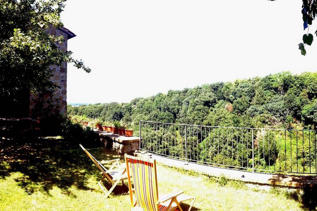 Giardino superiore, il panorama a strapiombo e la portafinestra della cucina