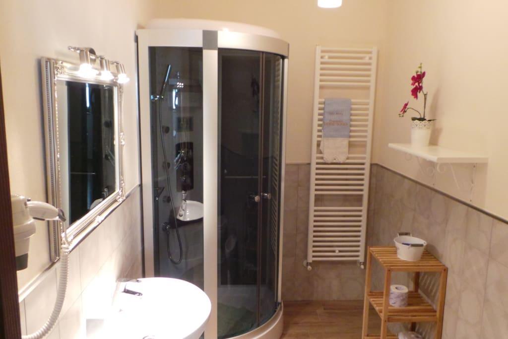 bagno con doccia e asciugacapelli
