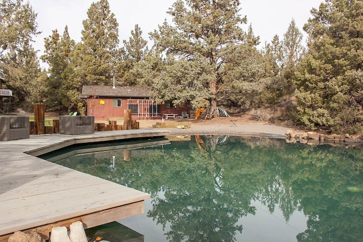Cabin on quiet 3 acres 10 min to downtown Bend.