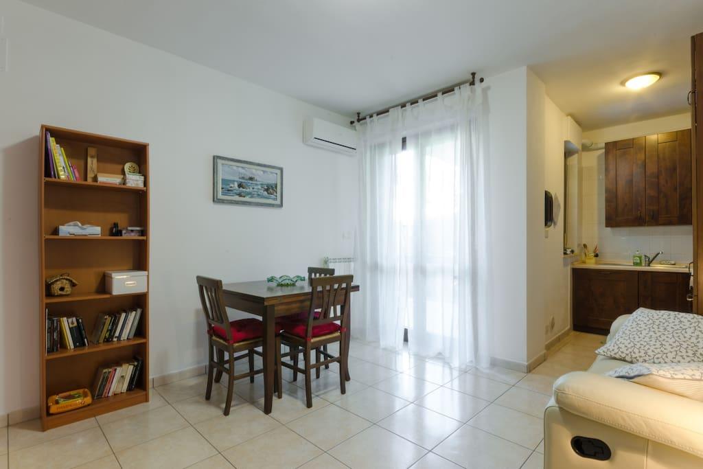 Soggiorno con Angolo Cottura / Dining Room with Kitchen