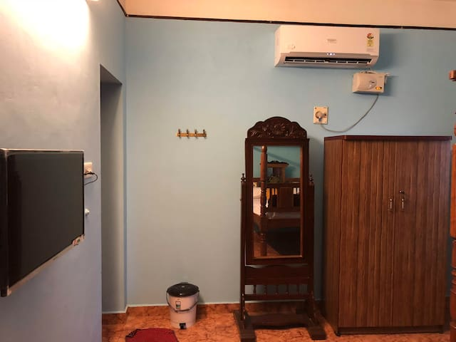 MASTER BEDROOM - COUNTRY STYLE 1. Antique Mirror 2. Wardrobe 3. Smarter TV