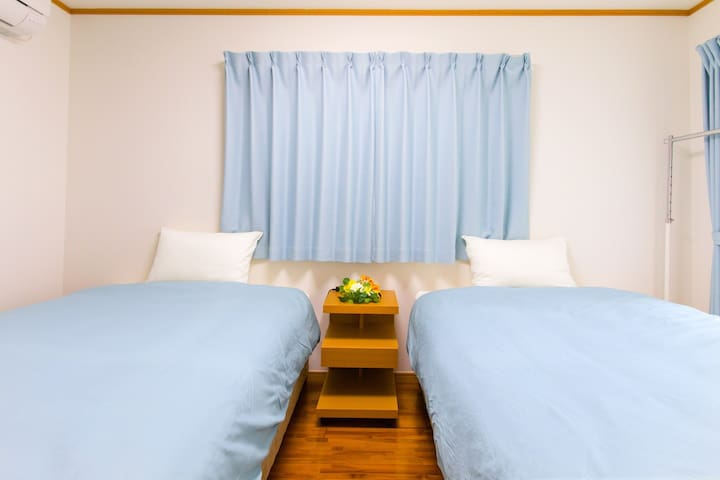 ★1F寝室★ 枕元のサイドテーブルには、USBポート付の電源タップをご用意しております!
