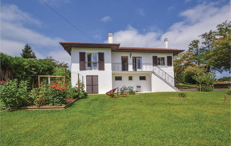Holiday cottage with 3 bedrooms on 110 m² in Espelette