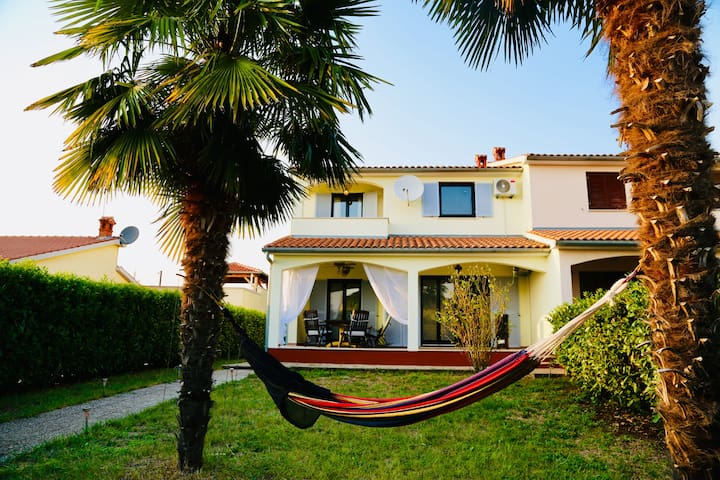 Holidays in creative ambience with pool & seaview