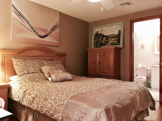 A master suite with own entrance - Mountain Lakes
