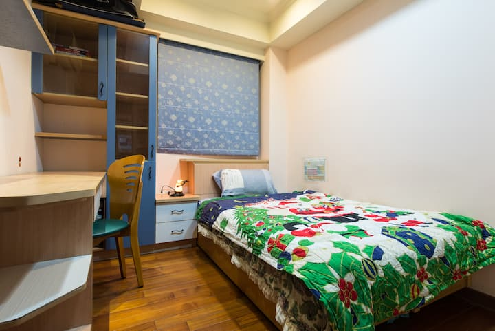Clean bedroom for one / 5 min walk from MRT
