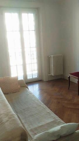 市内带阳台客房une chambre confortable et avec le balcon