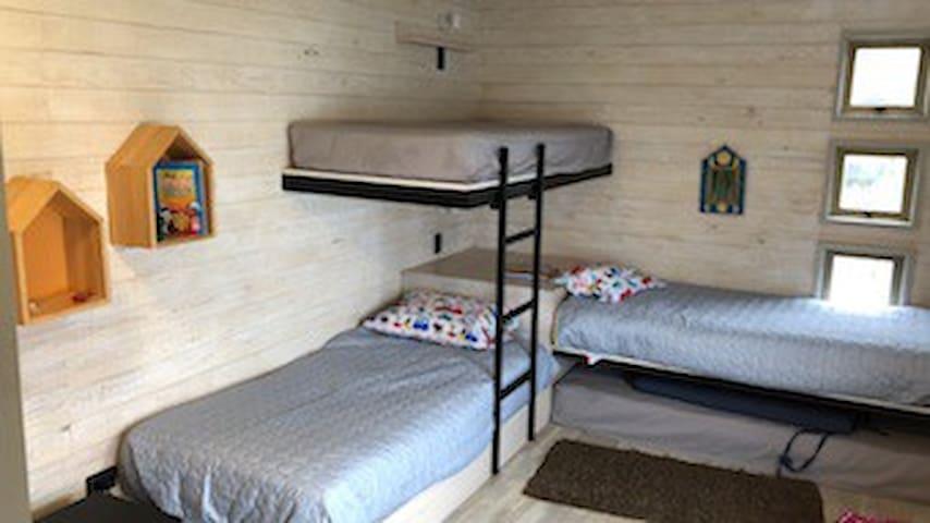Dormitorio para 03, amplitud, diseño y especialidad ideales! Con Baño compartido con Dormitorio 02