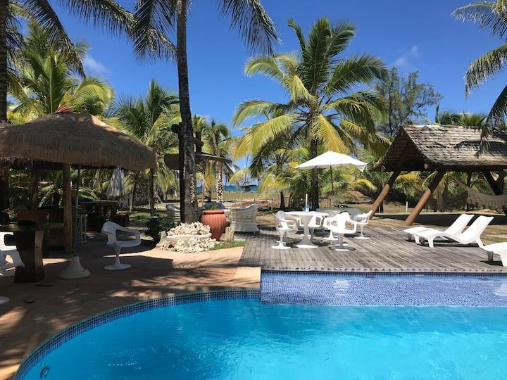 Casa Luxuosa em frente à praia no cond Busca Vida