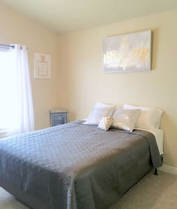 Comfy private bedroom and bath - Midvale