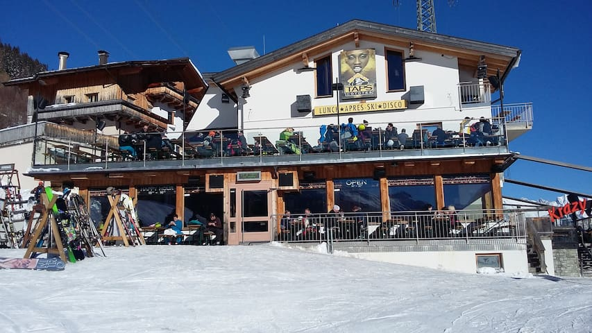 Very large 4 Bedroom Ski in / out apartment