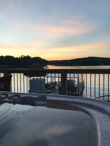 Hot Tub! Great Views! Luxurious Couple's Retreat