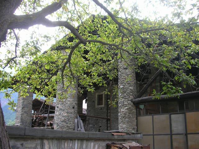 Alloggio nell'antica casa La Tour di Valpelline - Valpelline - Apartment