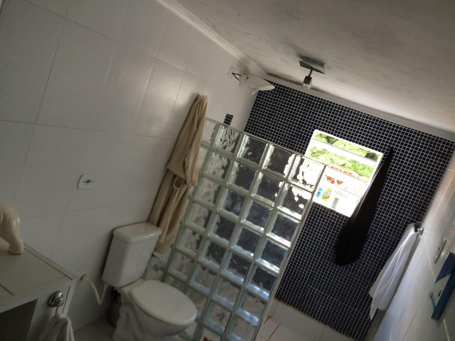 Este banheiro é dentro do quarto o que aumenta a privacidade