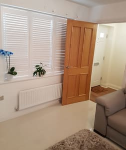 Home to Home Double Rooms, Bathroom - Epping