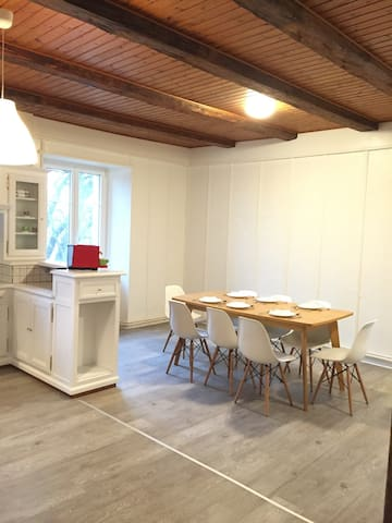 Newly refreshed 6 room's flat in an old farm - Chézard-Saint-Martin - Apartemen