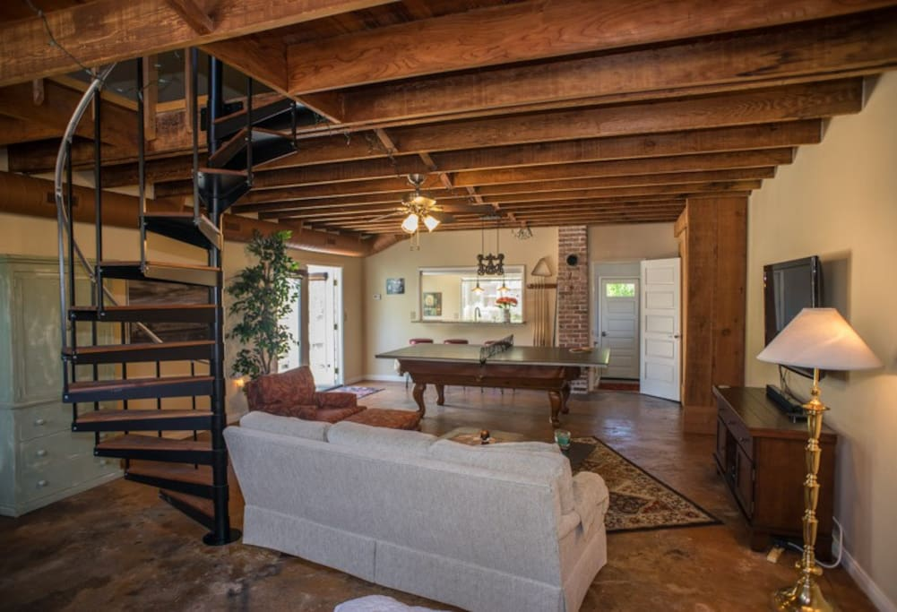 Rustic and fun garden studio with loft