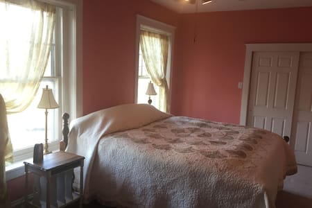 Large Room, King Bed, 100 yr old Victorian House - Bethlehem - Casa