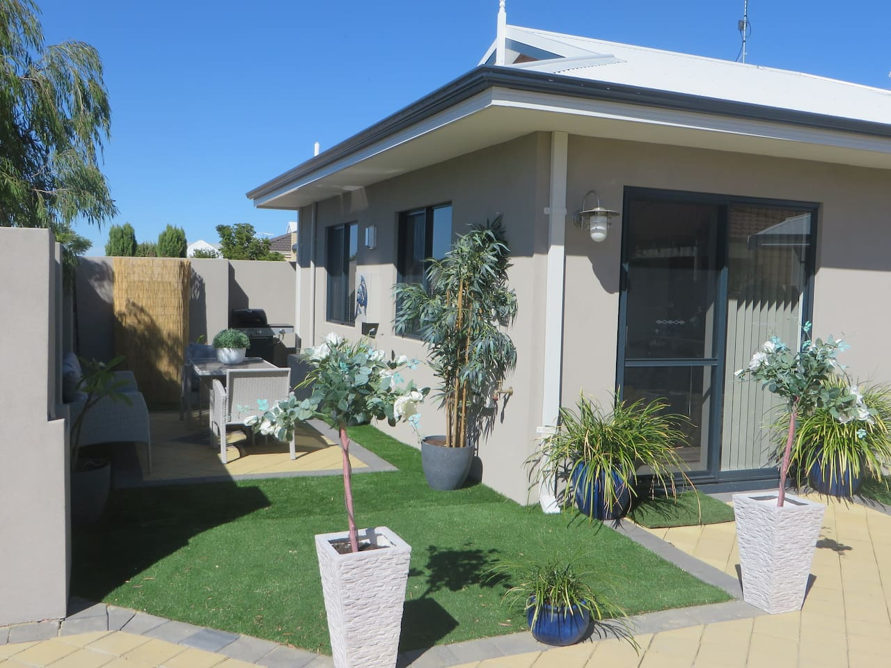 Welcome to Kannie Kottage! Front entry and private courtyard/BBQ area