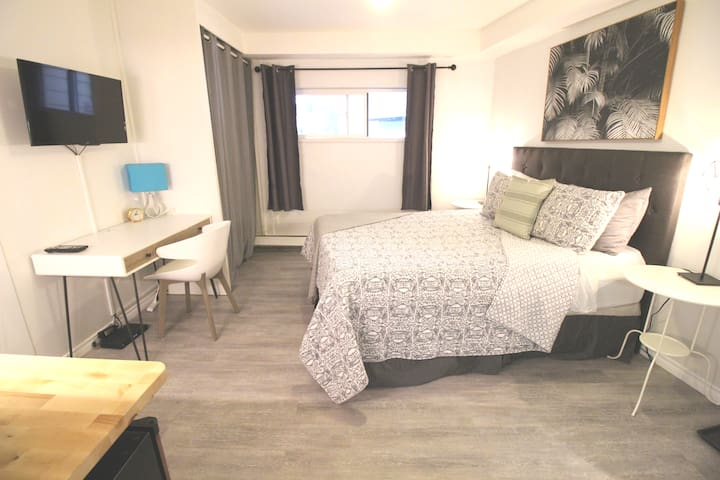 NEW! Modern & Cozy Suite near Lifts w/Free Parking