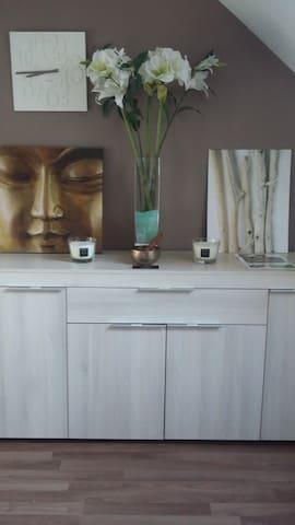 Dans votre chambre, vous disposerez d.un bahut vous permettant dans un espace zen de ranger vos affaires..