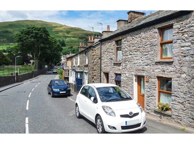 FELLS COTTAGE, pet friendly, with open fire in Sedbergh, Ref 954841