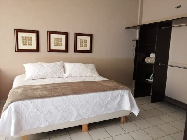 1.Comfortable 5 persons apartment marinas bay area