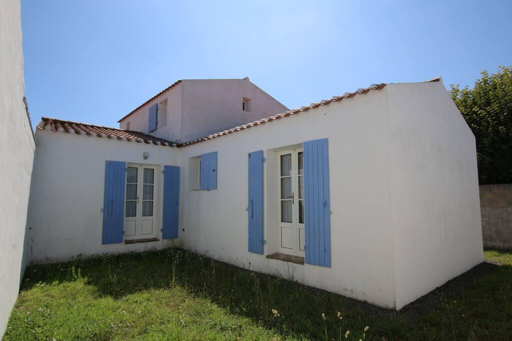 h bsches ferienhaus mit garten auf der insel yeu houses for rent in l 39 le d 39 yeu pays de la. Black Bedroom Furniture Sets. Home Design Ideas