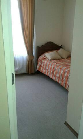 dormitorio con una cama / bedroom bed