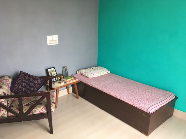 Cozy bedroom & terrace, next to Metro (Women only)