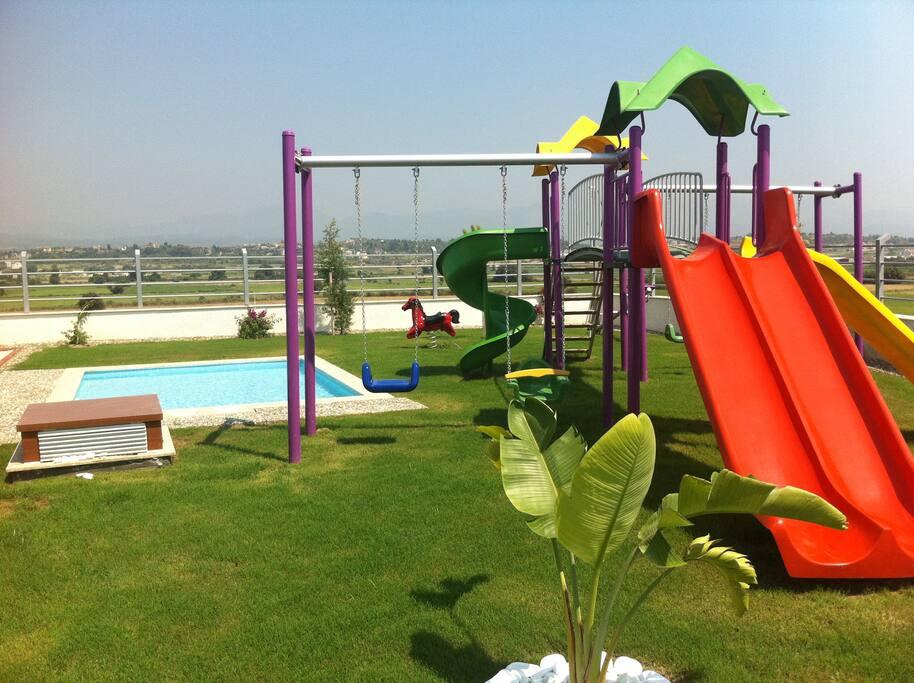 Игровая площадка для детей с бассейном
