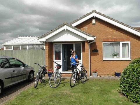 Four bedroom bungalow 2 minute walk to sandy beach