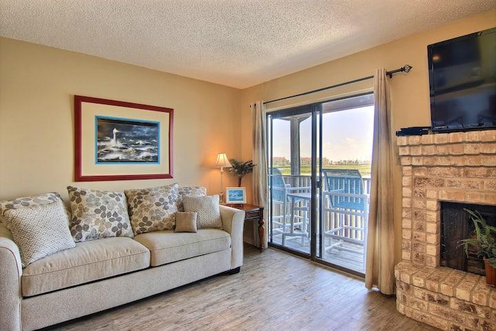 New listing! Waterfront condo near Schlitterbahn w/ private balcony!