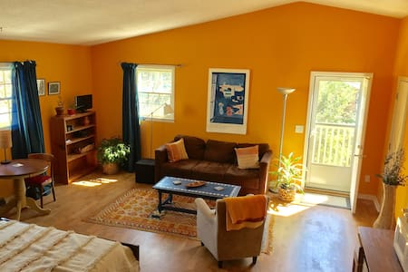 Moroccan-style loft minutes from downtown - Mount Pleasant - Lejlighed