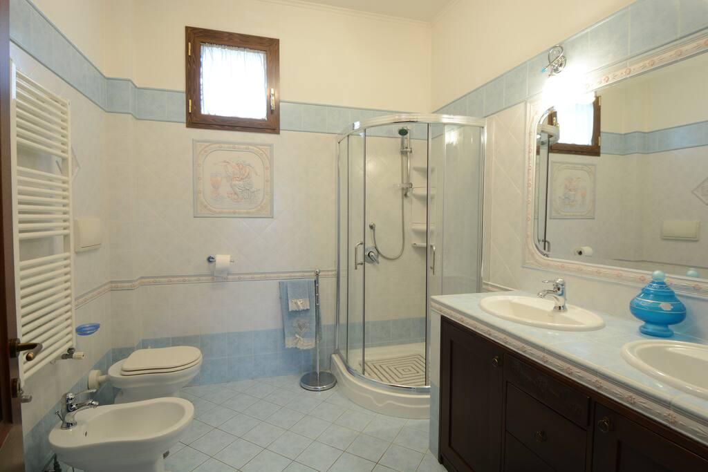 Bagno privato dell'appartamento,ampio spazio,con doppio lavabo e specchio grande
