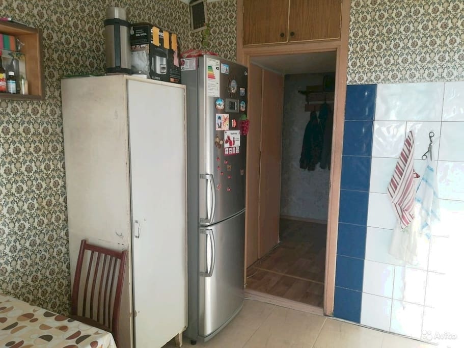 кухня стол, холодильник