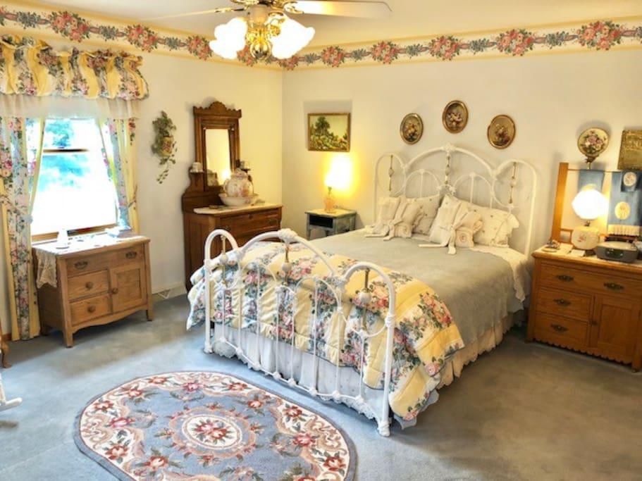 Country Garden Room - Queen Bed