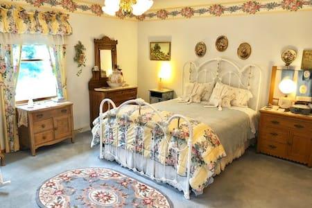 Country Garden Room - Queen Bed